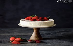 Tarta De Chocolate Blanco Con Frutos Rojos